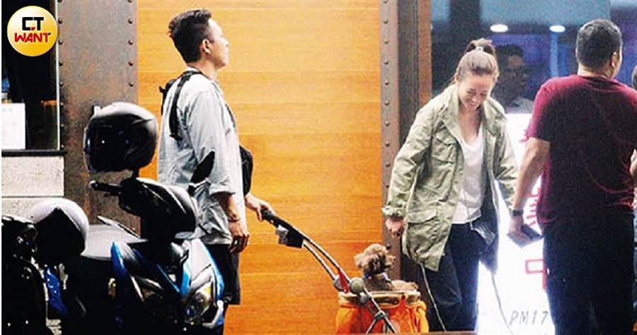 高宇蓁和Rex帶著狗狗與朋友用餐,一家三口的畫面相當溫馨。(圖/本刊攝影組)