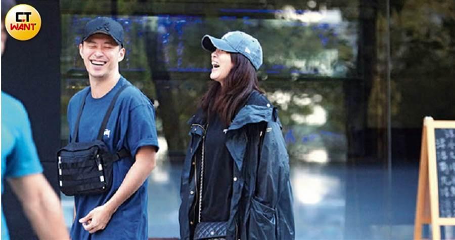高宇蓁和男友Rex很有話聊,還在路上開懷大笑,顯示兩人相當契合。(圖/本刊攝影組)