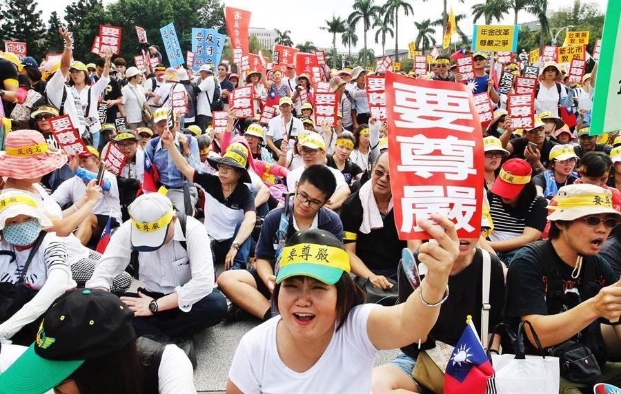 圖為2016年九三軍公教大遊行,在中正紀念堂自由廣場集結的教職人員高呼「反汙名、要尊嚴」。(資料照,姚志平攝)