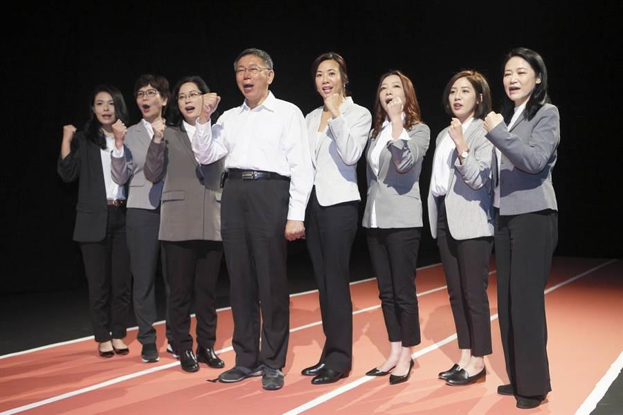 台北市長柯文哲(中)4日一早與7位民眾黨不分區女性立委拍攝宣傳短片。(張鎧乙攝)