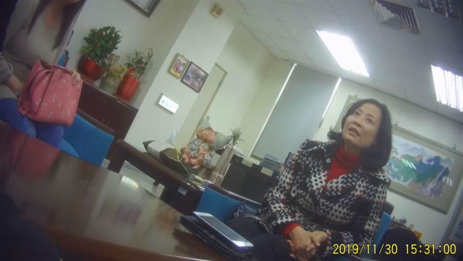 校長王如杏向家長坦承,胡老師3年前即曾因情緒問題,被校方綑綁就醫。(圖/影音組攝)
