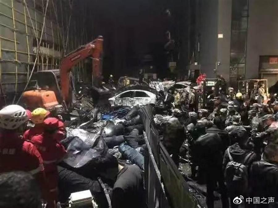 浙江海寧一家印染廠的大型汙水罐坍塌,壓垮鄰近公司的工廠,還導致蒸汽管破裂,引發大火,救援人員在布滿雜物的現場搜救。(取自新浪微博@中國之聲)