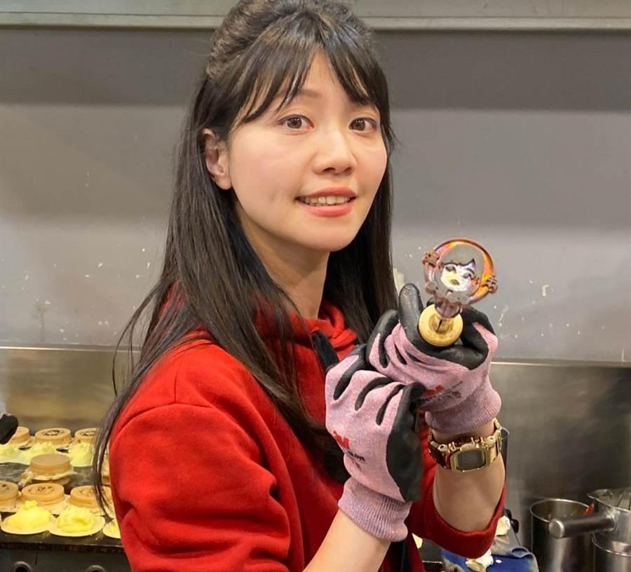 有「港湖女神」稱號的高嘉瑜,推出創意十足的競選小物「Q版港湖女神」車輪餅。(游念育攝)