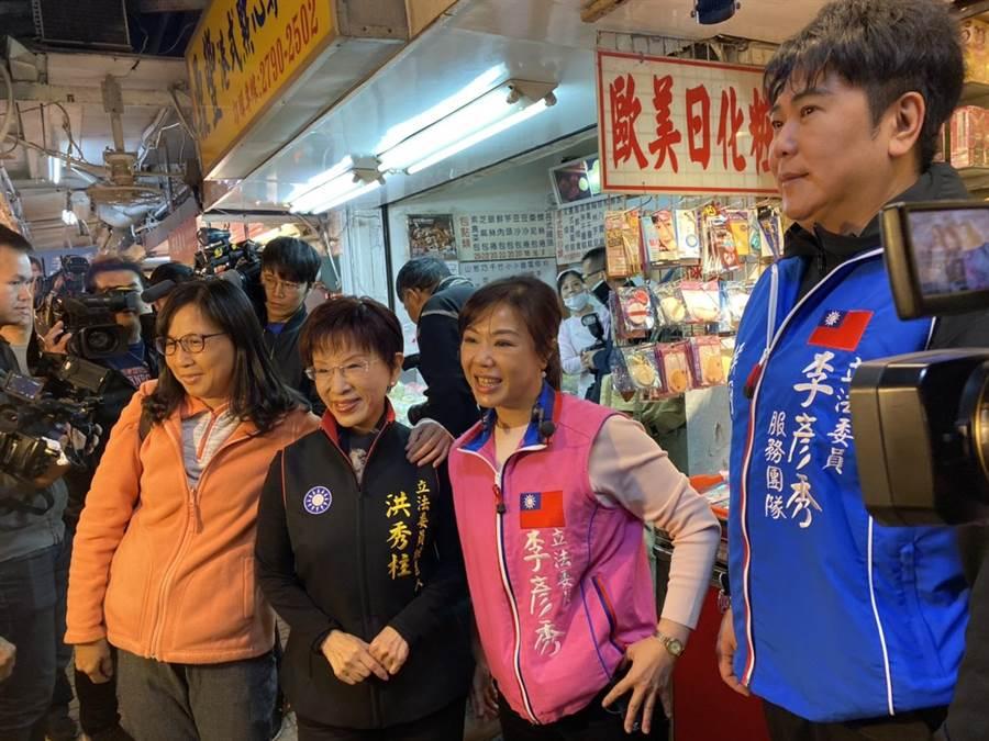 湖光市場內的民眾見到柱姊相當激動,搶著拍照。(游念育攝)
