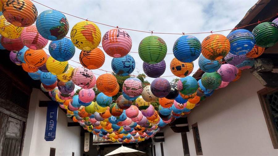 台中市定古蹟摘星山莊掛出400多盞彩繪紙燈籠,意外形成「燈籠海」,吸引許多打卡族前來拍照取景。(王文吉攝)