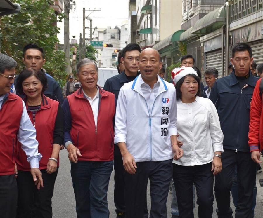 國民黨總統參選人韓國瑜由嘉義市長黃敏惠陪同,參訪頂庄社區。(呂妍庭攝)