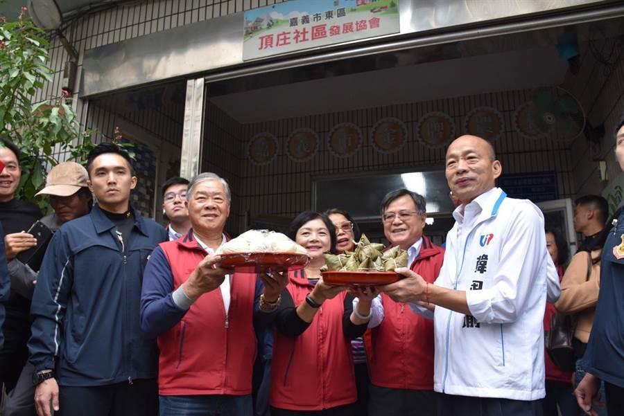 國民黨總統參選人韓國瑜參訪嘉義市頂庄社區,里長送粽子預祝包中。(呂妍庭攝)