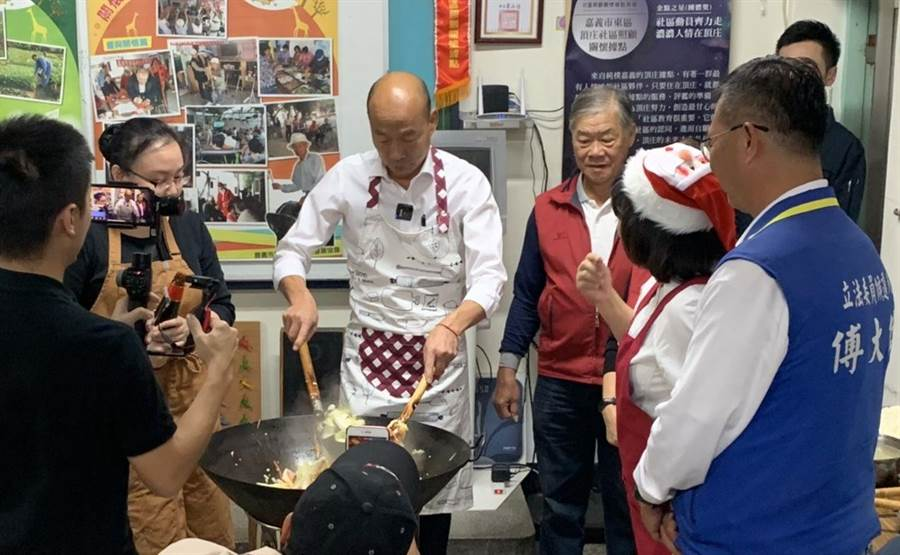 國民黨總統參選人韓國瑜參訪嘉義市頂庄社區,炒菜秀廚技。(讀者提供/呂妍庭翻攝)
