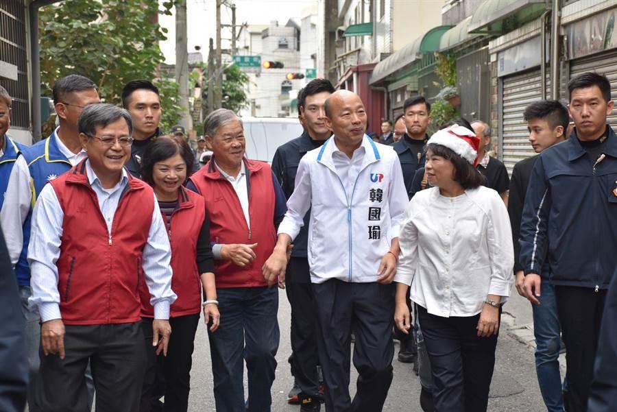 國民黨總統參選人韓國瑜由嘉義市長黃敏惠陪同,參訪頂庄社區,民眾喊「總統好」。(呂妍庭攝)