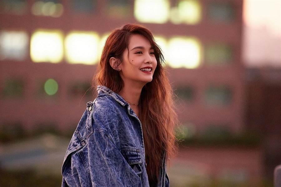楊丞琳在新歌〈Love is Love〉MV大膽突破。(環球提供)