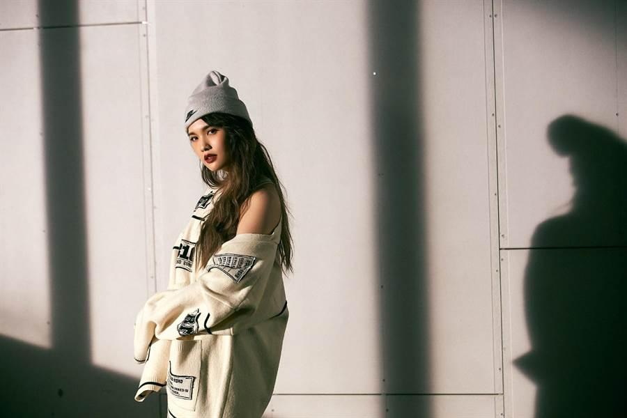 楊丞琳在新歌〈Love is Love〉MV中挑戰歐美妝容。(環球提供)