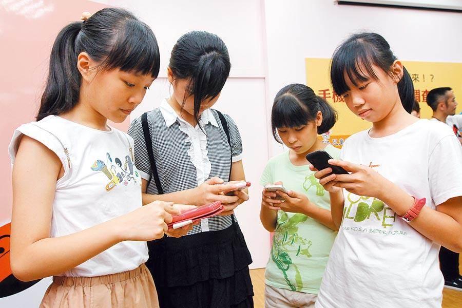 調查發現,13.5%青少年覺得孤單,愈上網愈孤單、也愈憂鬱。(本報資料照片)