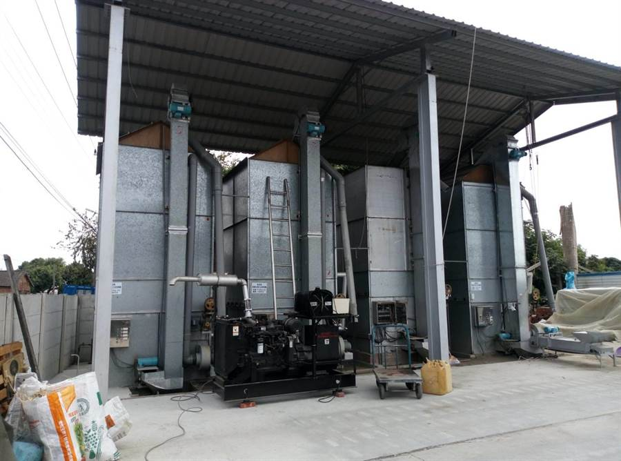 全球第一台花生乾燥機問世,直立式不占空間。(許素惠攝)