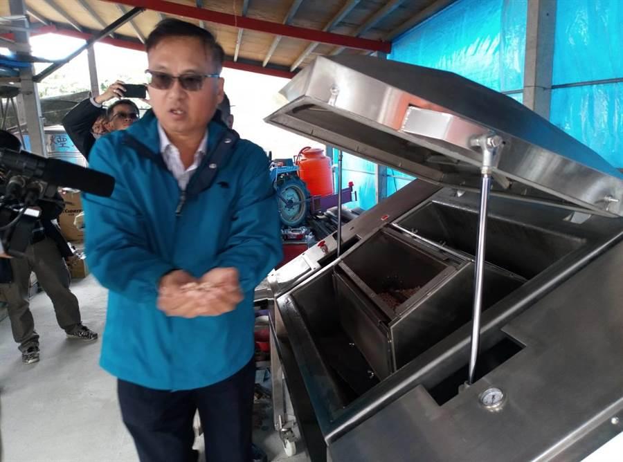 全球第一台花生乾燥機問世,採兩段式烘烤,完成後就是已脫殼的花生仁。(許素惠攝)