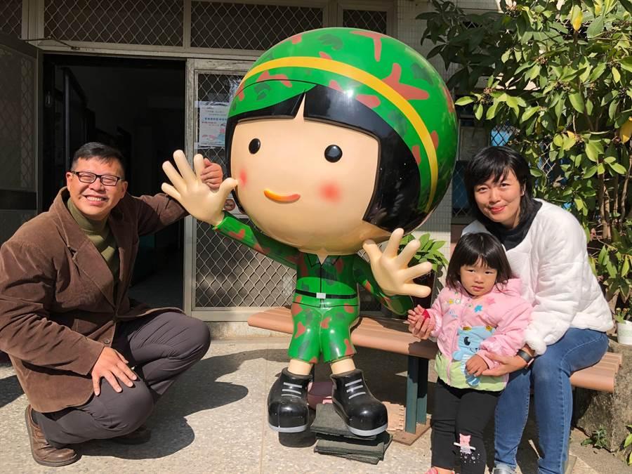 金門家扶中心自立青年陳向鑫(左)特別選在女兒生日的今天,偕妻、女回家扶中心捐款。(李金生攝)