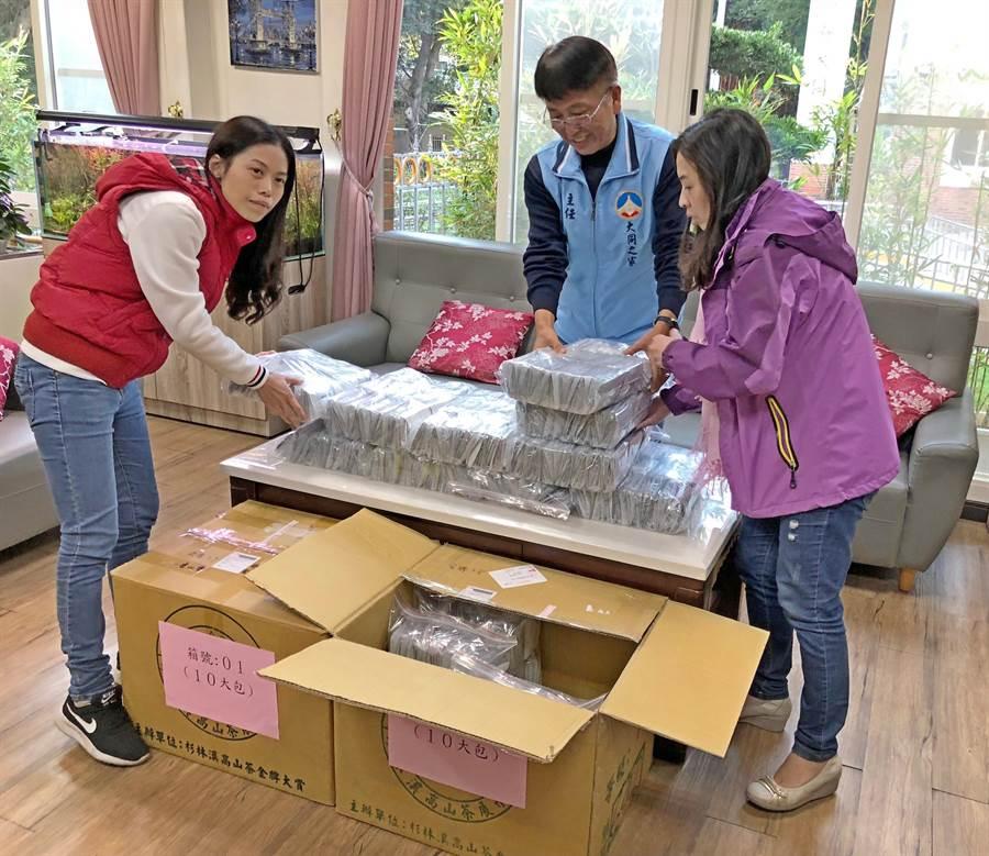 南投竹山茶農張慶松提供8000包紅茶,委由大同之家志工團幫忙義賣。(李金生攝)