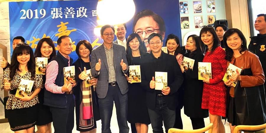 國民黨副總統參選人張善政4日到台中市出席《做事的人》新書分享會,吸引很多支持者。(盧金足攝)