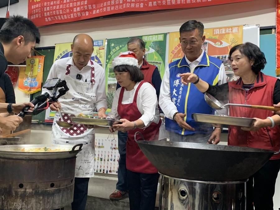 國民黨總統參選人韓國瑜今4日下午到嘉義市老人照顧示範社區頂庄社區直播做菜。(翻攝/呂妍庭嘉義傳真)