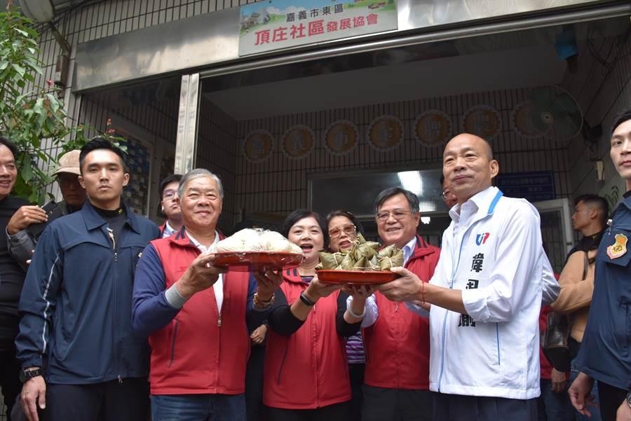韓國瑜一到頂庄社區活動中心,里長莊天基馬上送上包子和粽子。(呂妍庭攝)