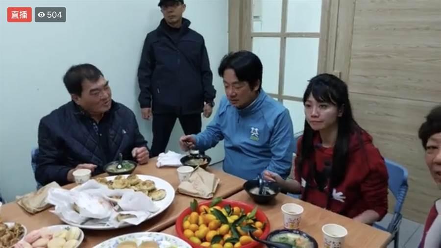 民進黨副總統參選人賴清德(中)4日下午與黨籍北市立委參選人高嘉瑜(右)邊座談邊吃美食。(摘自高嘉瑜臉書)