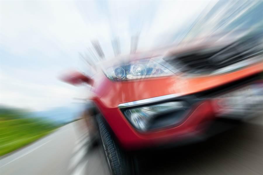 有位民眾發現自己的汽車出了「異狀」,每當他開車時常在催油門時不時會莫名爆衝,師傅在檢查時發現,這原因與車主車底下的秘密有重大關係。(圖/達志影像)