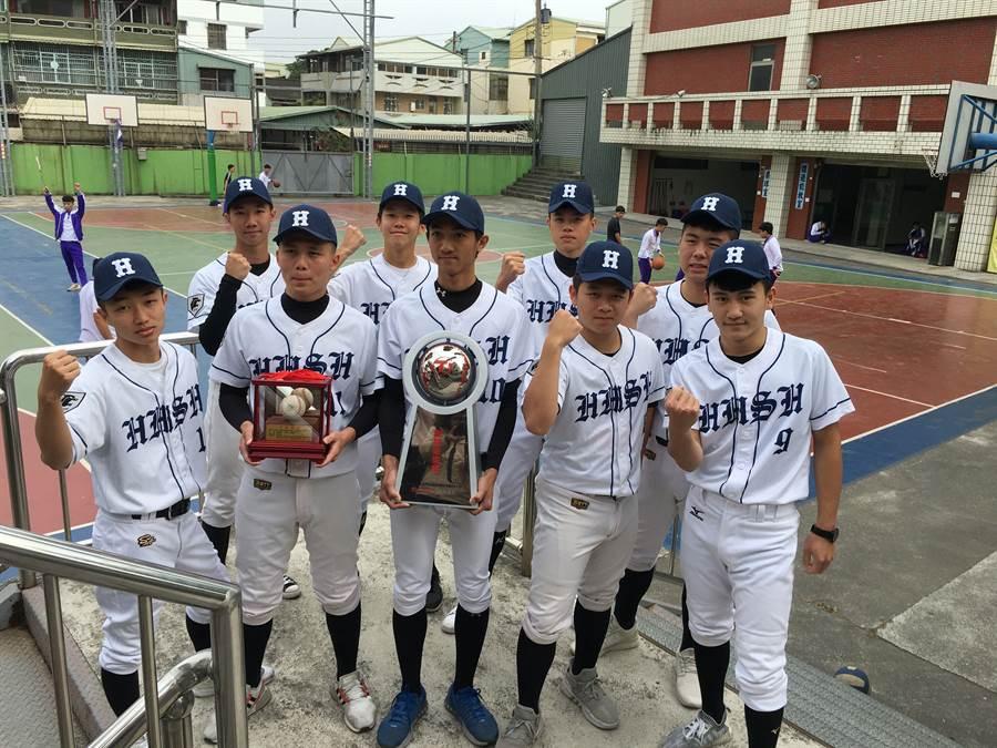 興華棒球隊抱回創見未來獎盃,到籃球場回味練棒球的克難情形。(廖素慧攝)