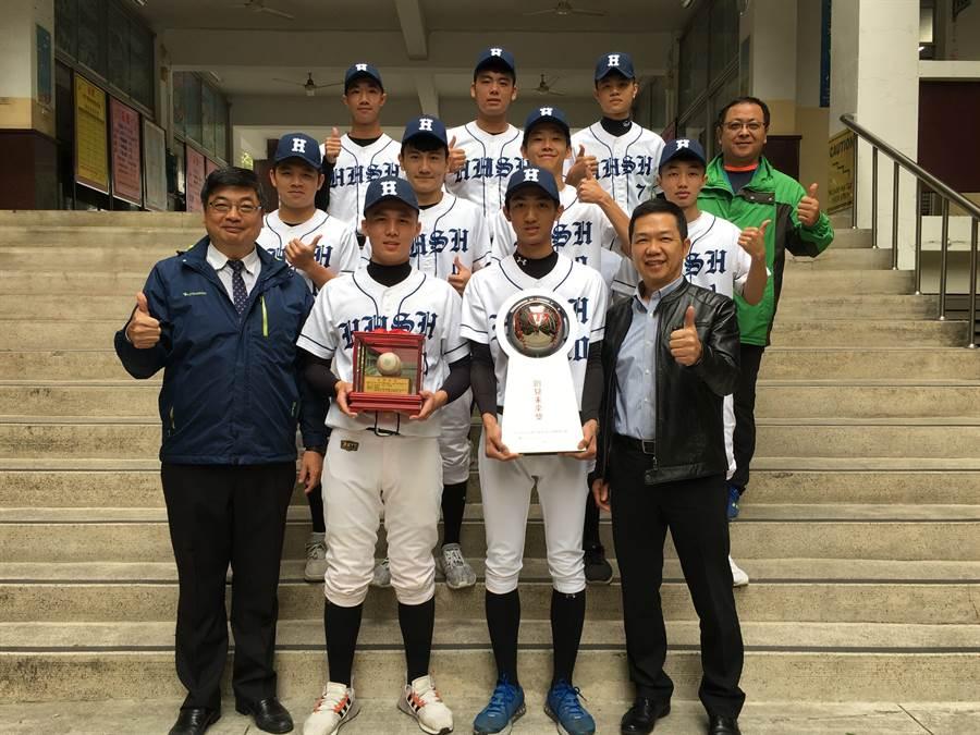 興華棒球隊勇奪「創見未來獎」,校長郭義騰(左)及特助羅百村(右)都稱讚。(廖素慧攝)