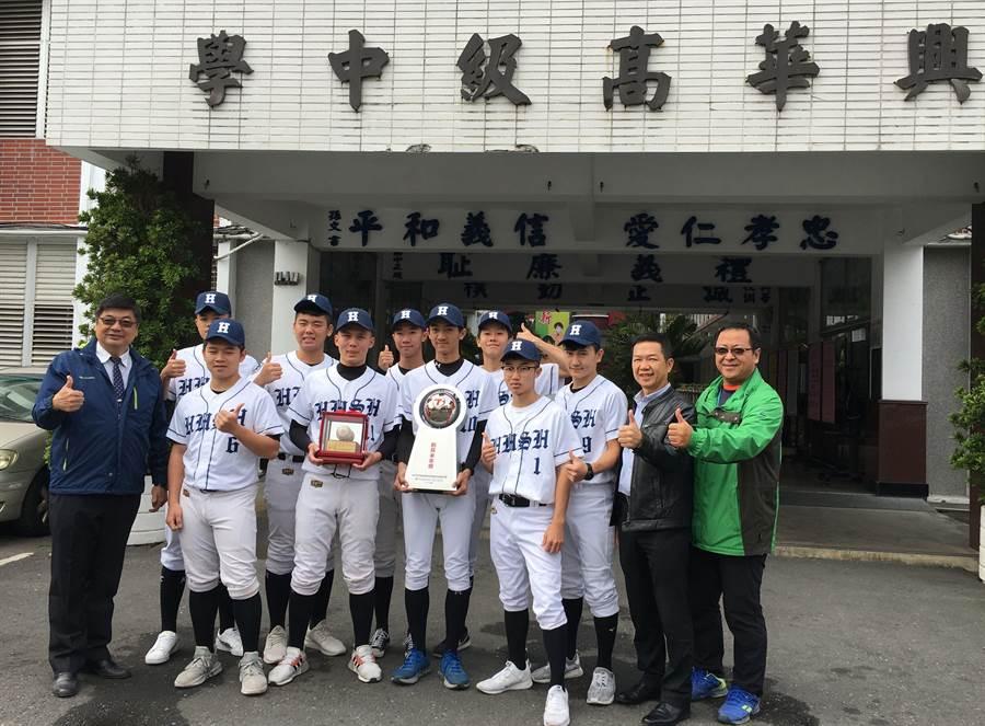 興華棒球隊以黑馬之姿勇奪「創見未來獎」,為校爭光。(廖素慧攝)