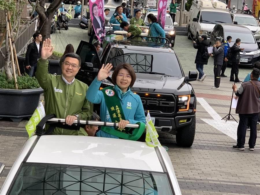 民進黨主席卓榮泰陪同黃秀芳反毒掃街。(吳敏菁攝)