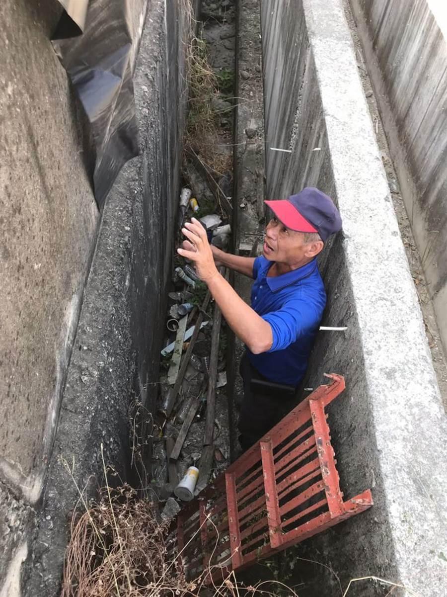 清潔隊員冒險爬下深度近3公尺交流道底下的側溝撿垃圾。(鹿草鄉公所提供/張毓翎嘉義傳真)
