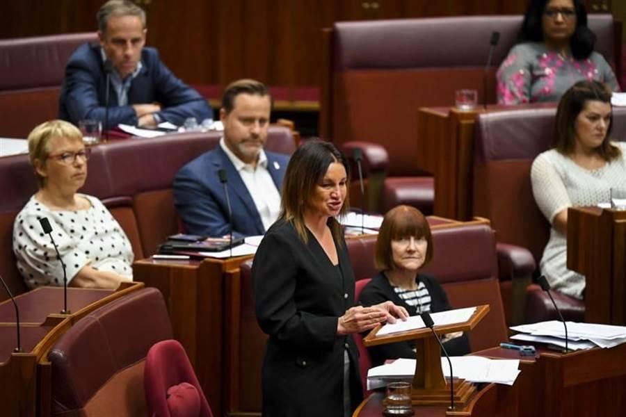 香港泛民主派日前派人到澳洲,游說國會議員推動澳洲版的美國《香港人權與民主法案》。澳洲國會外交事務、國防及貿易委員會4日表示,將就澳洲應否制裁嚴重違反人權人士展開諮詢。圖為澳洲國會參議院4日辯論狀況。(路透)