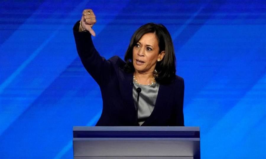 民主黨加州參議員哈里斯3日在推特嗆川普,「等著看你受審」。(路透)