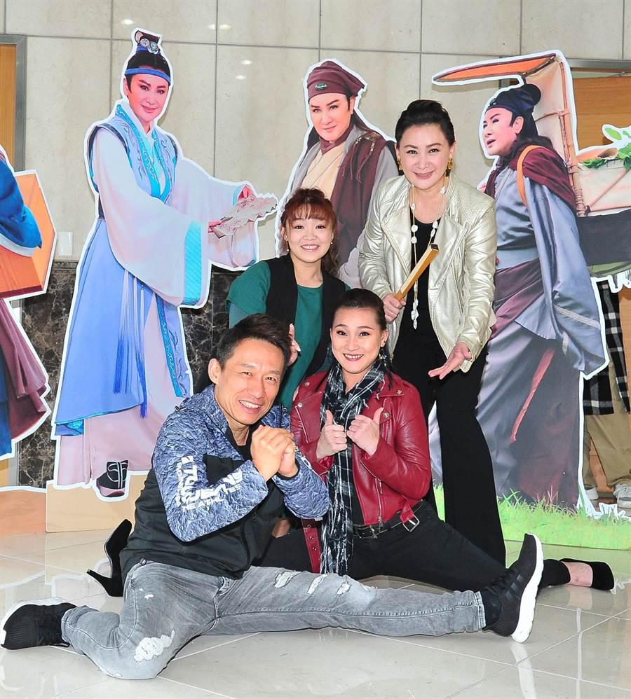 陳亞蘭(後)宣布楊麗花歌仔戲《忠孝節義》邀請到郭子乾(前)特別演出,江虹旻(中綠衣)、何佩芸為我是楊麗花選秀學員。(台視提供)