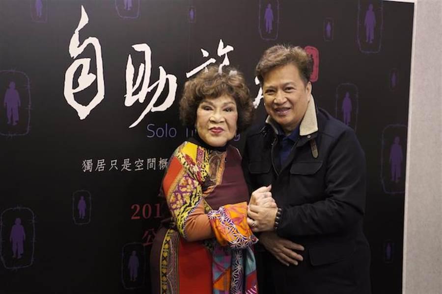 周遊(左)和老公李朝永鶼鰈情深。(佛教蓮花基金會提供)