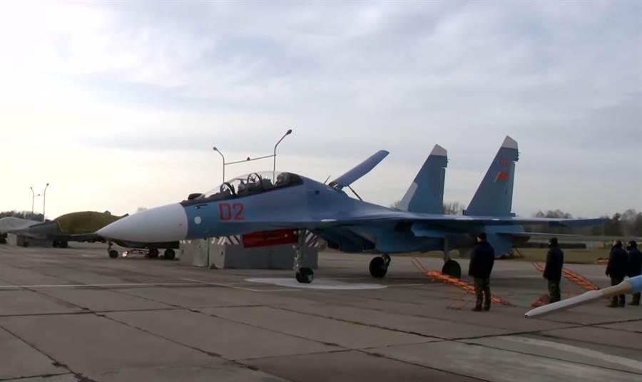 白俄羅斯購入12架Su-30SM,但其國內認為Su-30的整體花費要比美製的F-16貴上很多。(圖/推特@Defence_blog)