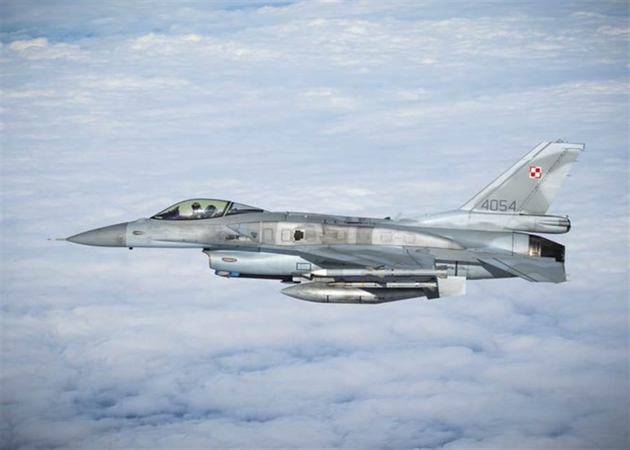 波蘭購入的F-16並使用多年,並不需要像俄製戰機那樣更換發動機。(圖/推特@Defence_blog)