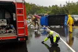 消防車搶救翻覆貨車 爆胎也被救