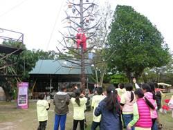 耶誕老人爬12米高耶誕樹發糖果 十鼓全台首創工業風耶誕樹