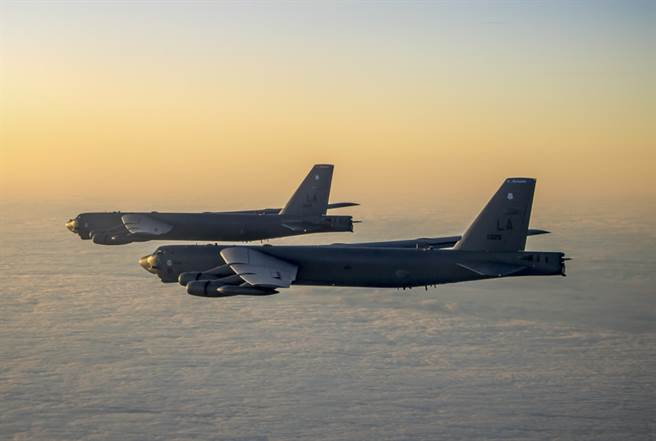 兩架B-52H「同溫層堡壘」(Stratofortress)轟炸機共飛的資料照。(美國空軍)