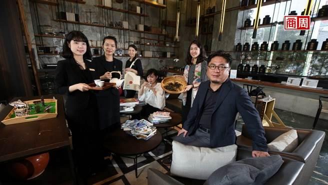 承億文旅董事長戴俊郎(右1)將飯店結合在地文化,像嘉義有高山茶都之稱,在地旅店便以茶文化做為設計概念。 (攝影者.駱裕隆/商周提供)