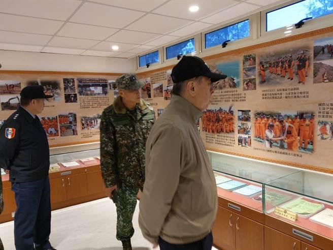 李棟樑參觀排雷大隊紀實館陳展的排雷裝備與文物。呂昭隆攝