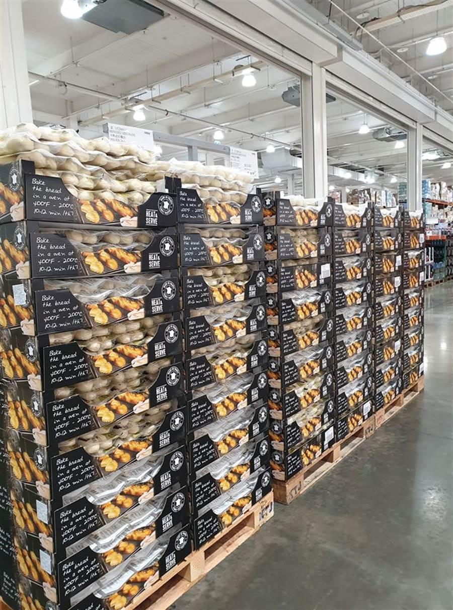 另一名網友也表示,南崁店貨架上也堆滿了半熟麵包,乏人問津 (圖/翻攝自Costco好市多 商品經驗老實說)