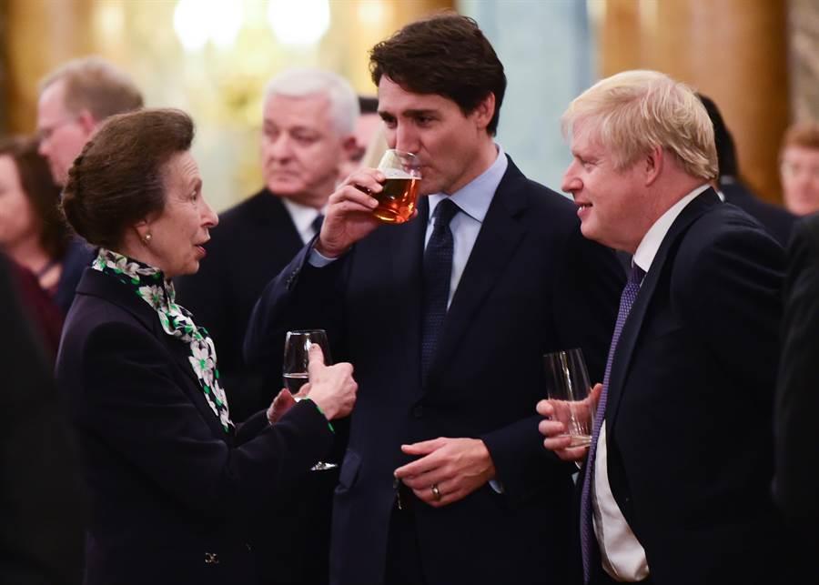 北約70周年峰會在倫敦舉行,白金漢宮舉行了歡迎晚宴,英國安妮公主(左)3日與加拿大總理杜魯道(Justin Trudeau,中),還有英國首相強森(Boris Johnson)聊得起勁。(達志圖庫/TGP)
