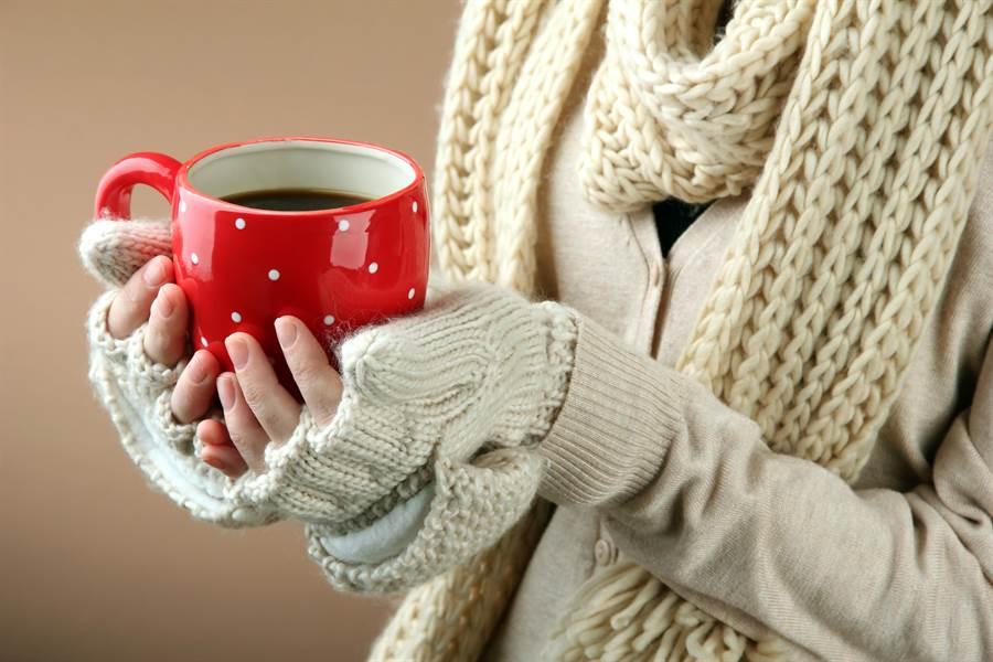 天冷易中風!醫師提醒,這3時間溫差大,保暖工作尤其重要。(圖/Shutterstock)