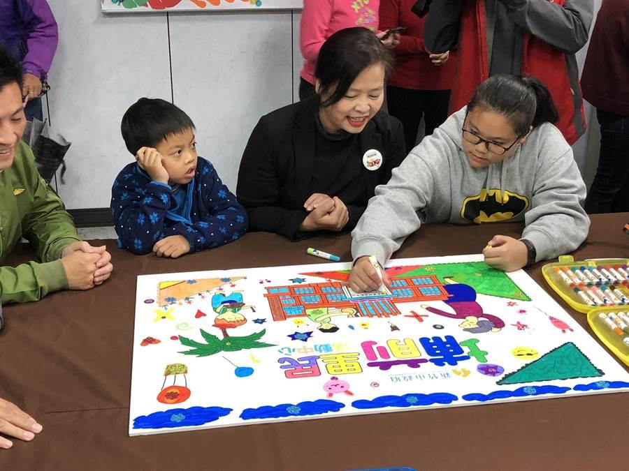新竹市「埔前里民活動中心」5日正式啟用,副市長沈慧虹(中)特別與學童一同在現場彩繪,開心體驗新活動中心的設施。。(陳育賢攝)