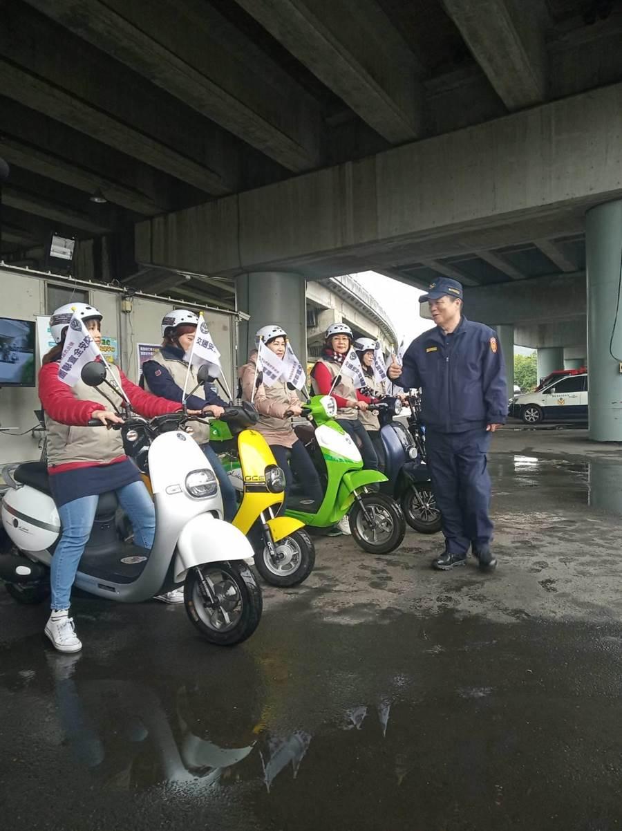 新北市警察局交通大隊5日與台灣電能車輛發展協會合作,成立電動自行車交通安全宣導團。(新北市警察局交通大隊提供/葉書宏新北傳真)