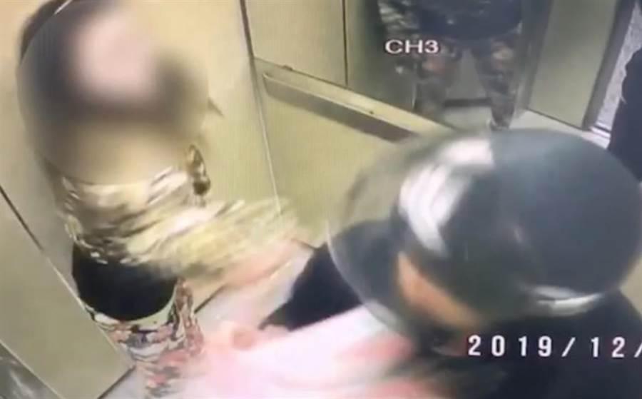 2019年12月4日,新北市一位女性因外送員沒辦法找零錢,而在電梯中爆肢體衝突。(翻攝照片/葉書宏新北傳真)