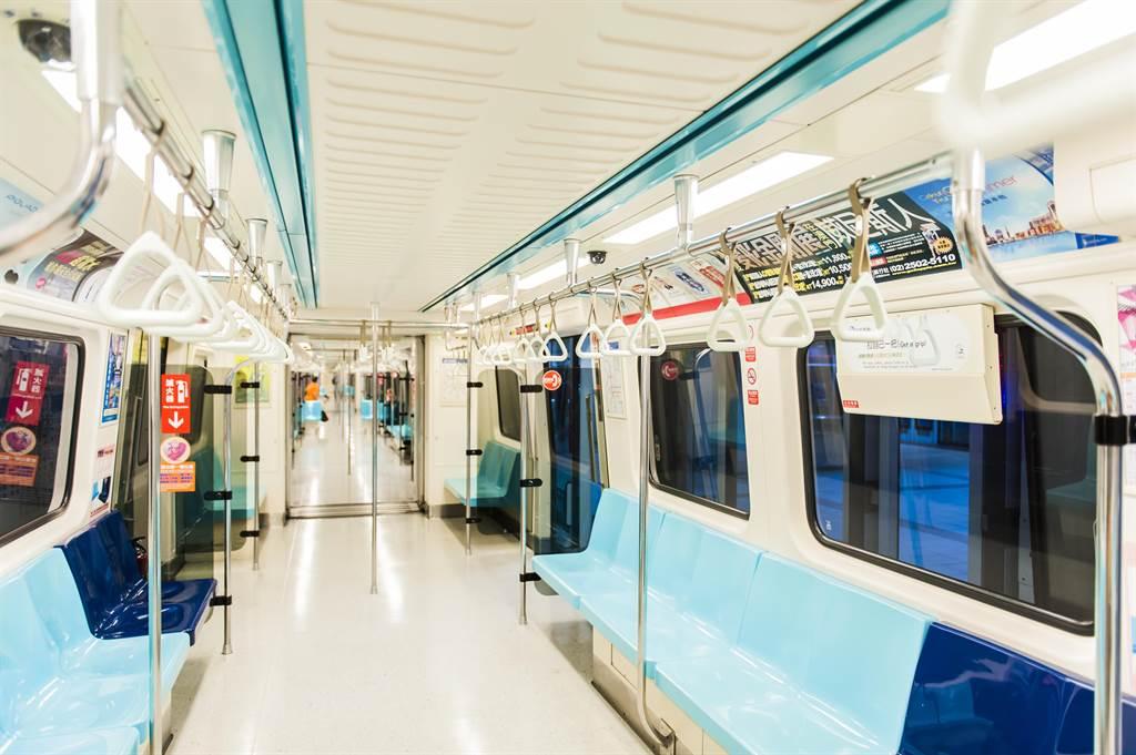 有民眾發現,捷運上一些年長者似乎都不坐博愛座,反而會選擇一般座位,感到相當好奇。(圖/Shutterstock)