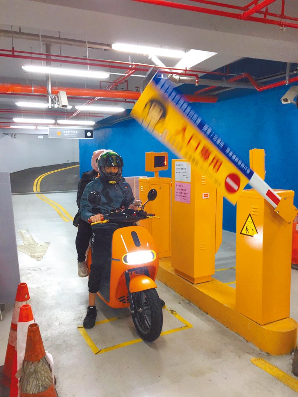 北市月底前將在松山國小停車場推出「智慧機車進出」服務,採無票化車牌辨識系統,提升進出便利性。(台北市停管處提供/張立勳台北傳真)