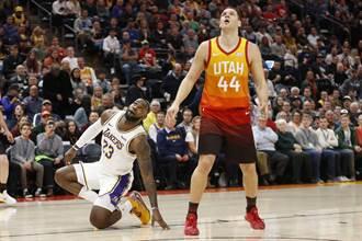 NBA》光腳進場慶祝遭批 詹皇重砲回嗆